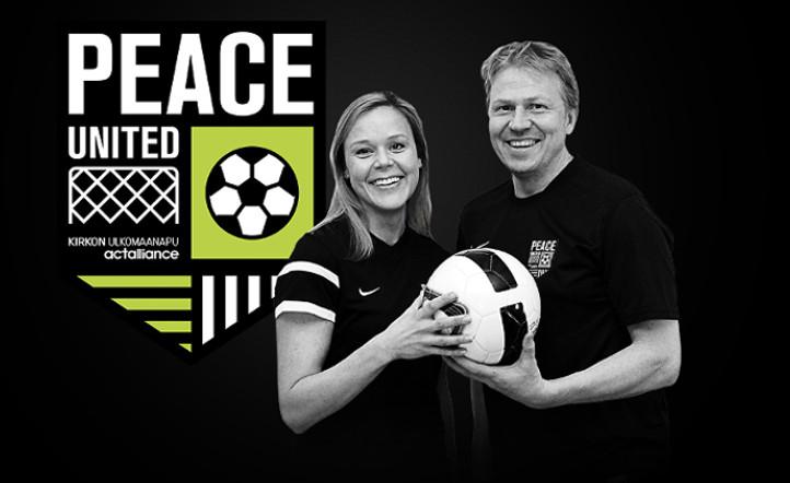 Peace Unitedin logo ja kaksi jalkapalloilijaa pitämässä palloa yhdessä käsissään