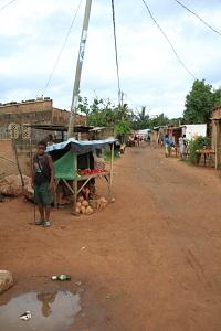 Pienimuotoinen kaupankäynti on monen slummiasukkaan keskeinen tulonlähde. Kuva: Hilkka Hyrkkö