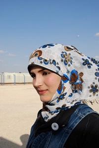 """""""Sirkuksessa unohdamme edes hetkeksi leirin kireän ilmapiirin"""", kertoo Muna Rifai,18. Hän ohjaa tyttöjen sirkusryhmää syyrialaisten pakolaisleirillä Jordaniassa. Kuva: Terhi Kinnunen"""