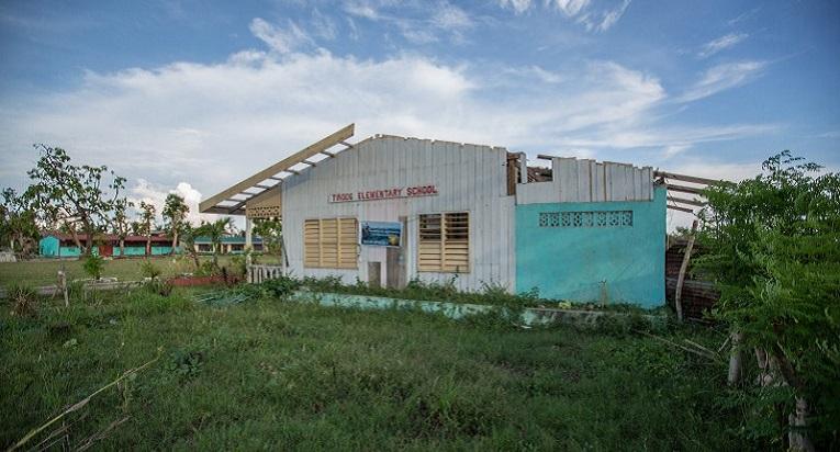 Tindogin alakoulu kärsi pahoja vahinkoja, kun taifuuni Haiyan iski. Koska lasten paluu kouluun on katastrofin jälkeen äärimmäisen tärkeää, Kirkon Ulkomaanapu keskittyy hätäapuvaiheen jälkeen koulutuksen tukemiseen. Kuva: Ville Asikainen