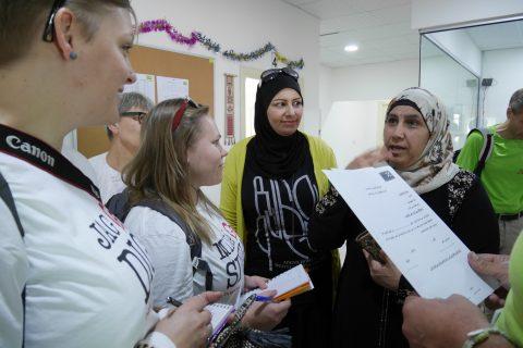 Milja Werterlund ja Jenni Shakya haastattelevat Ammanissa Kirkon Ulkomaanavun toimintakeskuksessa englannin tunneilla käyviä naisia