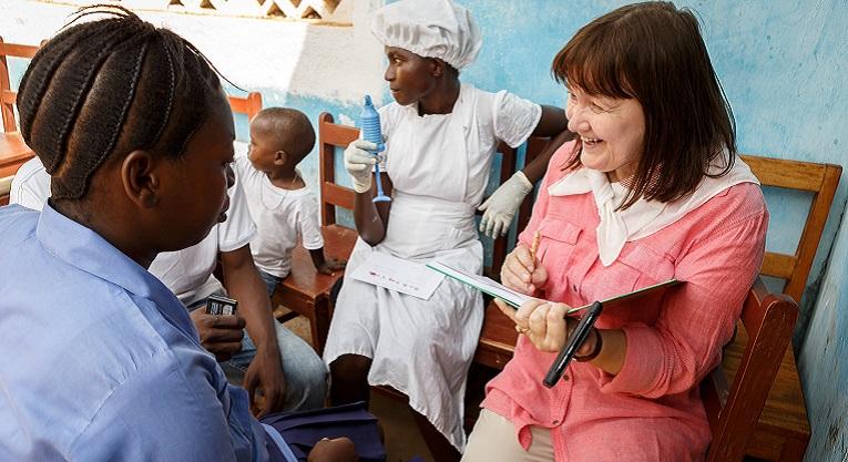 Reetta Meriläinen haastattelee Mariatu Turayta, joka oli tammikuussa 2014 valmistumassa tyttöjen ammattikoulusta Makenista Sierra Leonessa. Siellä koulutetaan ompelijoita ja keittäjiä, jotka ovat kaikkien heikoimmassa asemassa, mutta motivoituneita uuteen elämään. Kuva: Antti Reenpää