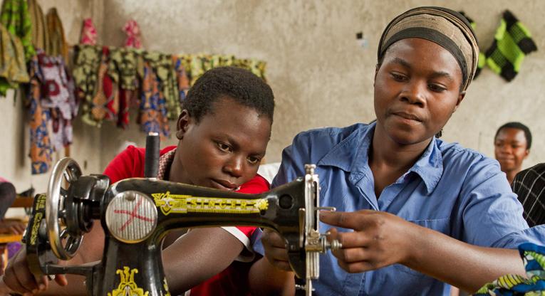 Ompelijaopiskelijoita Tumainin koulutuskeskuksessa Kongon demokraattisessa tasvallassa.