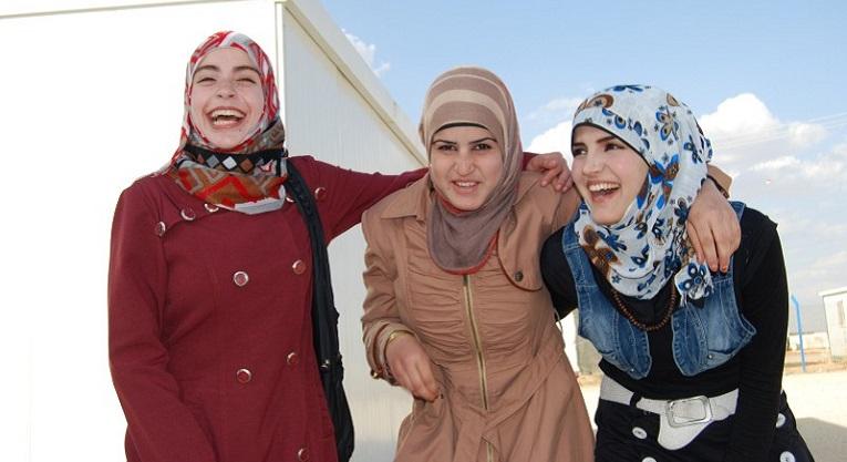 Tyttöjen sirkustuntien ohjaajat Fatima Hariri, Wafaa Salamat ja Muna Rifai kertovat sirkuksen tuoneen iloa elämään pakolaisleirillä. Kuva: Terhi Kinnunen
