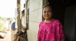 Albertina Chup Ba kannustaa sisaruksiaan ja muita yhteisön nuoria jatkamaan opintojaan ja saavuttamaan unelmansa.