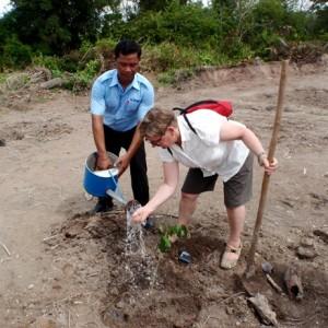 Mirja Kovanen istuttamassa puuntainta Kambodzhassa
