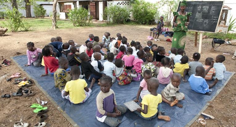 Keski-Afrikan tasavallassa asuva Nadège Ngbo opiskelee parhaillaan pedagogiaa St. Paul Deus- koulussa ja on suorittamassa käytännön opintoja Nicolas Barren koululla. Hän ohjaa 3-5 -vuotiaiden lasten ryhmää. Ngbon mukaan opetus Nicolas Barressa ei eroa merkittävästi tavallisesta opetuksesta. Haasteita ovat iso ryhmäkoko ja pienten lasten keskittymiskyvyn puute. Kuva: Catianne Tijarena