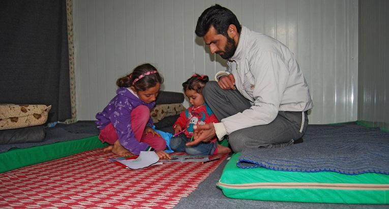 Nidal Mustafa Al-Madrood viettää aikaa tyttäriensä Weamin ja Islamin King Abdullah Parkin -pakolaisleirillä Pohjois-Jordaniassa. Perhe pakeni Syyrian sodan jaloista vuosi sitten.