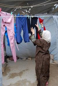 Kuuden lapsen äiti Zaka'a Al-Madrood on jo vuoden ajan pessyt pyykit käsin. Hän sanoo tarvitsevansa kipeästi pesukonetta. Hänen puolisonsa ei halunnut, että vaimon kasvot näkyisivät valokuvassa.