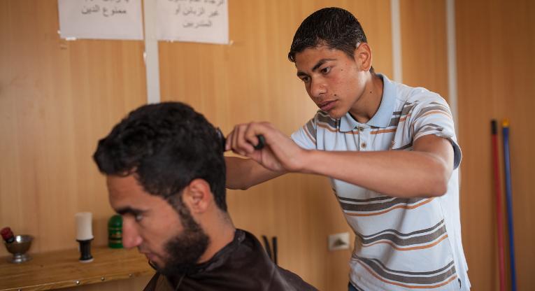 Ahmad Rezeq Qamber parturoi Samer Sawalehia King Abdullah Parkin pakolaisleirillä.