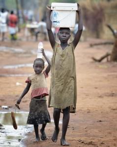 Lapset kantoivat vettä Ajuong Thokin pakolaisleirillä Etelä-Sudanissa huhtikuussa. Leirin pakolaiset tulevat enimmäkseen Nuba-vuorilta läheltä Sudanin rajaa.