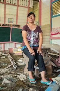 """Brenda Dizon on opettaja Barangay Salvacion koulussa Junamocin saarella. Hänen koulunsa tuhoutui pahoin vuoden 2013 marraskuussa taifuunin iskettyä saarelle. """"Lapset ovat kyselleet, milloin koulu taas alkaa."""""""
