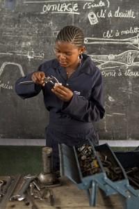 Nsimire Kaduma Eveline opiskelee mekaanikon ammattiin Kirkon Ulkomaanavun kurssilla Kongon demokraattisessa tasavallassa.