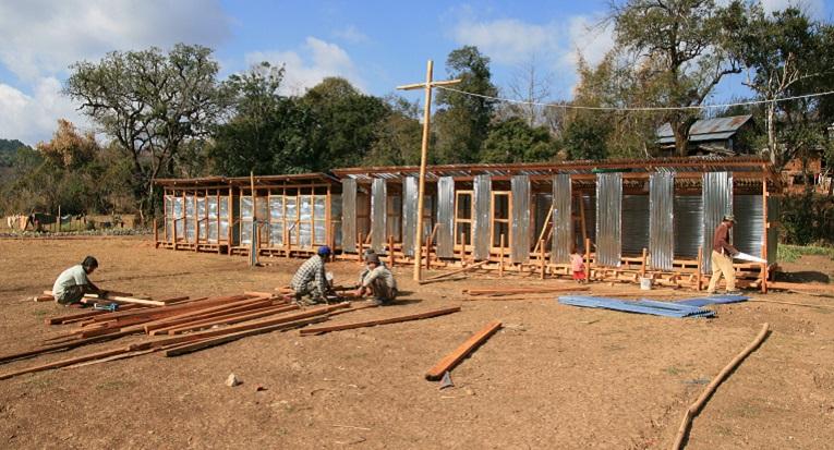 Kuvassa rakennetaan vessoja maan sisäisten pakolaisten leirille Myanmarissa. Kuva: Mari Laaksonen