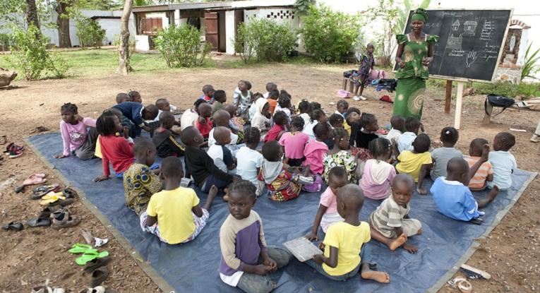 Nadège Ngbo opiskelee parhaillaan pedagogiaa St. Paul Deus- koulussa ja on suorittamassa käytännön opintoja Nicolas Barren koululla. Hän ohjaa 3-5-vuotiaiden lasten ryhmää. Ngbon mukaan opetus Nicolas Barressa ei eroa merkittävästi tavallisesta opetuksesta. Haasteita ovat iso ryhmäkoko ja pienten lasten keskittymiskyvyn puute. Pikkulasten ryhmällä on päivän aikana opetuksen lisäksi muutamia leikkitaukoja.