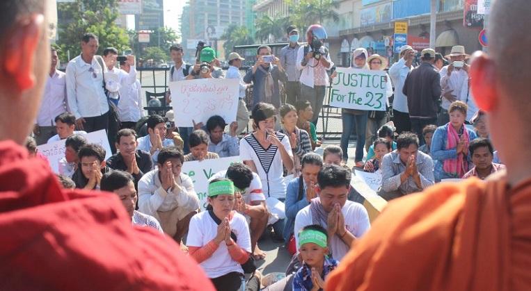 30.5. järjestetty mielenosoitus 23 vangitun ay-liikkeen, aktivistin ja vaatetyöntekijän puolesta Phnom Penhissä. Paikalla oliat rukoilivat apua myös munkeilta.