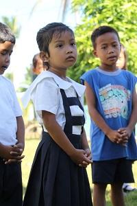 Koulupäivä alkaa Isä meidän -rukouksella, kansallislaululla ja lipunnostolla. Gellian Maragrag on oppinut nämä jo esikoulussa.