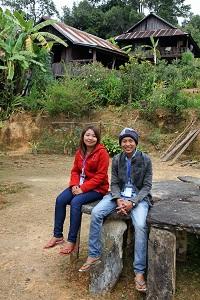 Luterilaisen Maailmanliiton kylätyöntekijät Than Lwin Soe (oik.) ja Tin Tin Nu työskentelevät työparina kolmessa kylässä.