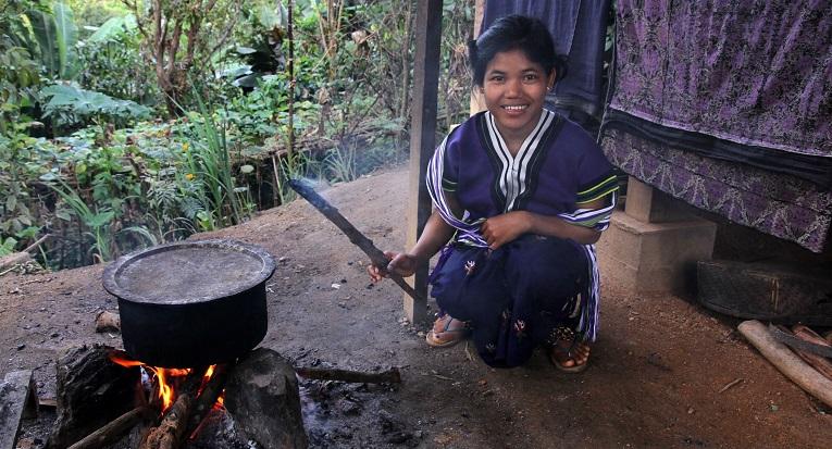Nuorempaa sukupolvea edustava Ma Har Aw I liittyi Pi Hun kyläkomiteaan naapureiden rohkaisemana.