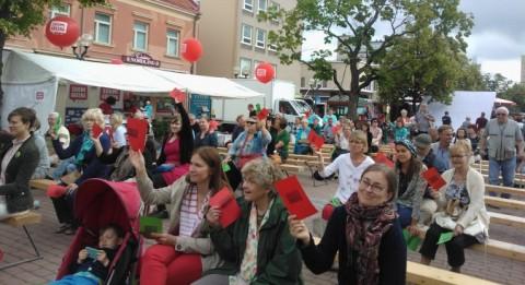 Radikalismi ja väkivaltaiset ääriliikeet eivät ole ensisijaisesti islamin synnyttämiä, äänesti Suomiareenan yleisö näyttämällä punaista korttia. Kuva: Satu Helin