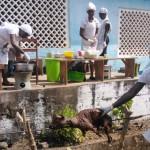 Makenin ammattikoulu Sierra Leonessa on suljettu Ebolan takia julistetun kansallisen hätätilan vuoksi. Opintonsa päättäneet catering-linjan pienyrittäjät valmistivat tammikuussa juhla-aterian valmistujaisvieraille. Kuva: Antti Reenpää.mmattikoulu Sierra Leonessa on suljettu Ebolan takia julistetun kansallisen hätätilan vuoksi. Alkuvuodesta opintonsa päättäneet catering-linjan pienyrittäjät valmistivat juhla-aterian valmistujaisvieraille. Kuva: Antti Reenpää.