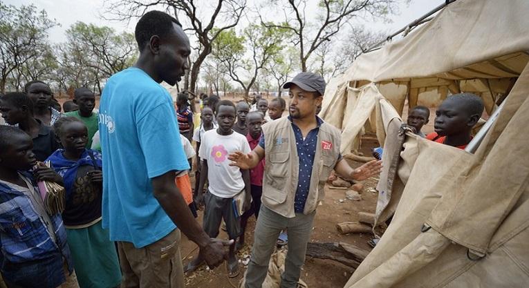 Luterilaisen Maailmanliiton Birhanu Waka keskustelee myrskyn tuhoaman telttakoulun tulevaisuudesta eteläsudanilaisella pakolaisleirillä. Kuva: Paul Jeffrey/ACT-allianssi