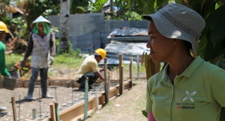 Filippiiniläinen Rizel Mayo valvoo koulurakennusten valmistumista.