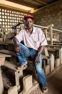 """Opettaja Fielbert Nguembou neuvotteli alkuvuonna Selekan kanssa, jotta Wantigueran kylä säästyisi väkivallalta. Kirkon Ulkomaanapu on juuri saanut remontoitua kylän alakoulun. Yläkoulu odottaa yhä kunnostusta. """"Koulutus on kaiken avain Keski-Afrikassa"""", Nguembou sanoo."""