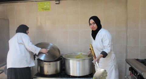 Sabreen Hamdan ja Rudaina Salaame valmistavat lounasta yliopiston asuntolan ruokalassa Ma'anin kaupungissa Etelä-Jordaniassa. Salaame, 36, työskentelee elämänsä ensimmäisessä työpaikassaan Al-Anwar Welfare for Ladies -järjestössä. Kuva: Soraja Nasser El-Dine