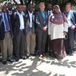 Kirkon Ulkomaanapu isännöi tapaamista, jossa oli osallisina Kenian kuvernöörejä keskustelemassa REGAL IR - projektista ja rauhantyöstä. Mukana oli myös Suomen Ulkoministeriön rauhanvälityksen erityisedustaja Kimmo Kiljunen (oikealla kuvassa).
