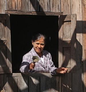 Kyläkoulun johtajaopettaja Daw Om Yawmg kilistää kelloa ja kutsuu lapsia kouluun.