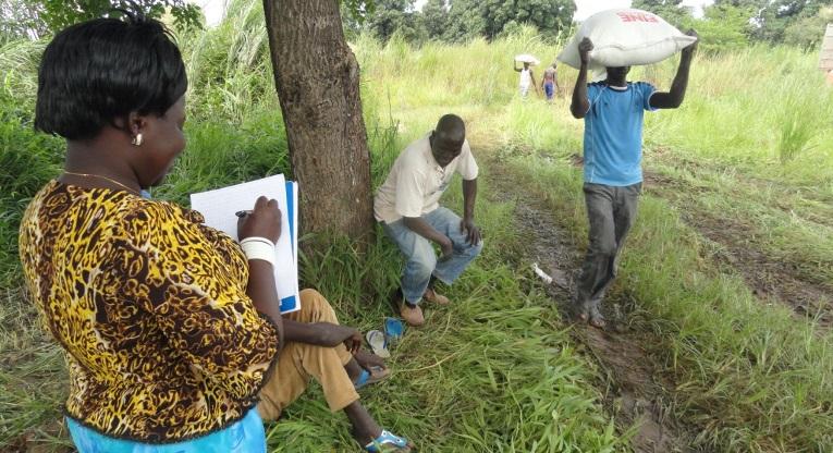Perille päässeistä ruokasäkeistä pidettiin kirjaa Amadissa, Etelä-Sudanissa perjantaina.