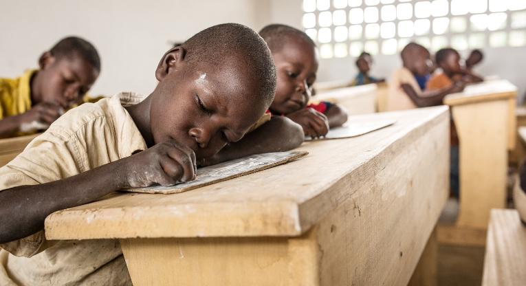 Lukuvuoden 2014–2015 piti alkaa tänään maanantaina Keski-Afrikan tasavallassa.Ulkomaanapu on huhtikuun jälkeen korjannut Keski-Afrikassa 25 koulua, joissa opiskelee jo 28 000 lasta ja nuorta. Kuva: Ville Asikainen.