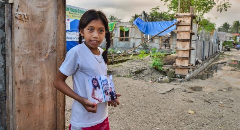 Jonabelle Duquila framför skolan i San Fernando, på samma plats som för ett år sedan.