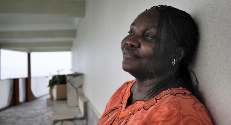 """Useimpien kongolaisten tapaan myös Alternatives-ryhmän jäsen Odile Bulabula kantaa mukanaan sotakokemuksia. Vuonna 1996 Bulabula pakeni sissejä kodistaan Kabaresta mukanaan viisi- ja kuusivuotiaat lapsensa. """"Piilottelimme metsissä seitsemän päivää, olin kolmannella kuukaudella raskaana. En tiennyt, oliko mieheni pelastunut. Kun uskalsimme palata, kotimme oli yllättäen koskematon. Pian miehenikin palasi, täysin kunnossa"""", Bulabula kertoo."""