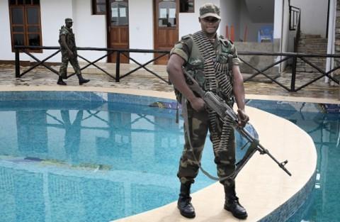 Itä-Kongon katunäkymää leimaavat YK:n rauhanturvaajat, joilla on nykyään oikeus puolustaa kongolaisia myös asein. Kuvassa on Kongon oman armeijan sotilas Ntamwe Kitumba, joka on kuvattu itäkongolaisessa Benin kaupungissa hotellin pihalla. Kitumba oli vartioimassa viiden muun sotilaan kanssa armeijan kenraalia, joka yöpyi hotellissa.