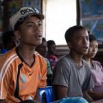 Hla Tin (vas.) teki vain töitä, eikä ollut käynyt päivääkään koulua ennen kuin konflikti pakotti jättämään kodin ja työtä. Nyt hän toivoo, että joskus haaveesta tulisi totta ja hän voisi työskennellä merellä. Vieressä ystävä ja luokkatoveri Ar Zarni Maung, 15.