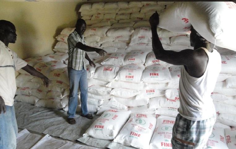 Ulkomaanavun ruoka-apuna jakamia jauhopusseja järjestettiin varastossa viime viikon lopussa Amadissa, Western Equatorian osavaltiossa syksyllä. Ulkomaanavun ruoka-avun piirissä on 12 000 eteläsudanilaista.