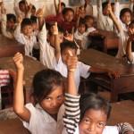 Nyt on hyvä oppia! Chrey Kremin alakoulun oppilaat näyttävät peukaloa vuonna 2012 valmistuneelle koululle. Koulu on eräs Ulkomaanavun tukemista kouluista Pouthisathin (kutsutaan myös Pursat) maakunnassa, Länsi-Kambodžassa. Kuva: Rami Kolehmainen