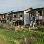 SSat Roe Kya -evakkoleirillä asuu buddhalaisperheitä omissa kotitaloissaan. Kuvan vasemmassa laidassa näkyy kiinalaisten lahjoittama monitoimitalo. Kuva: Ville Asikainen