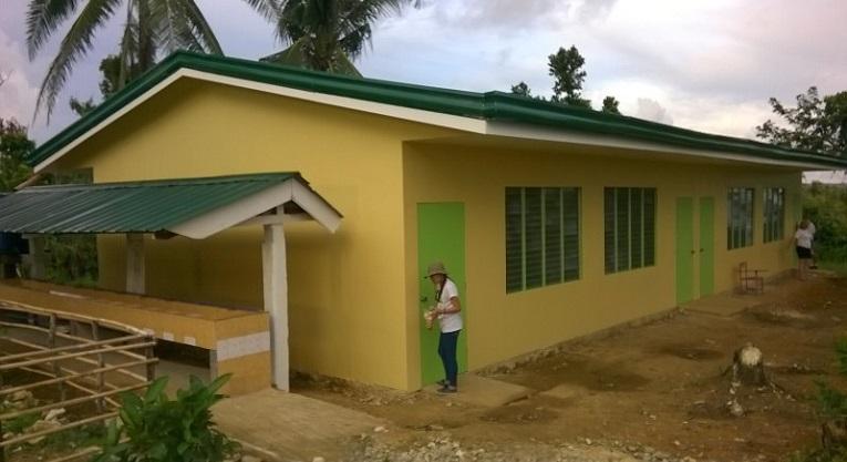 Ulkomaanavun rakennuttama luokkahuone Santa Magritassa Filippiniineillä. Rakennuksen vieressä käsienpesupiste. Kuva: Pasi Aaltonen.