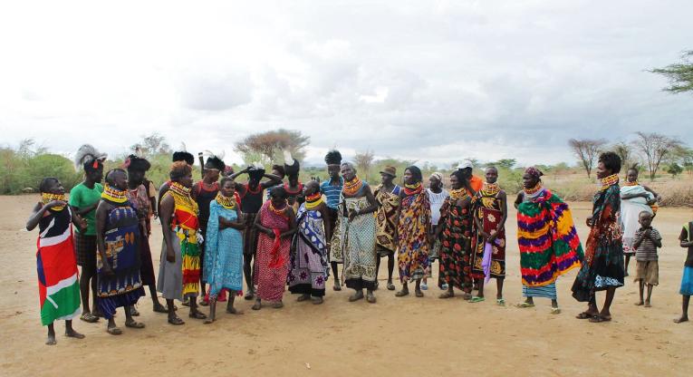 Laulaminen ja tanssiminen on perinteinen keino välittää tietoa. Kuva Bafrin Eskandari.