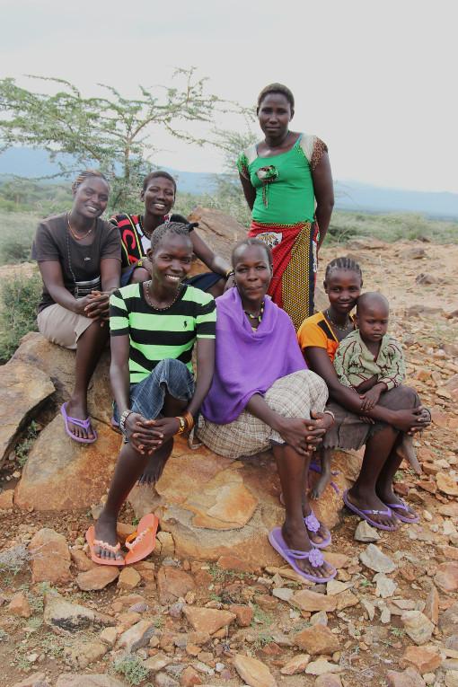 Nuoria naisia Kaptirin kylässä. Susan Tiya takarivissä vasemmalla.