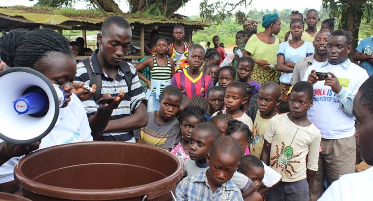 Hygieniatarvikkeiden jakoa Liberiassa. Kuva: Anaïs Marquette