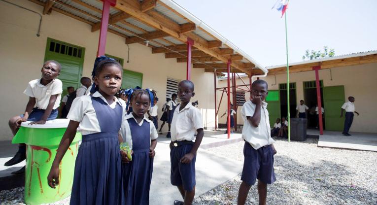 Myrdudin koulu on yksi Kirkon Ulkomaanavun rakentamista pysyvistä kouluista Haitin Léogânessa, joka oli maanjäristyksessä pahimmin tuhoutuneita alueita. Koulun vesipiste on koko yhteisölle tärkeä puhtaan veden lähde. Kuva Minna Elo.