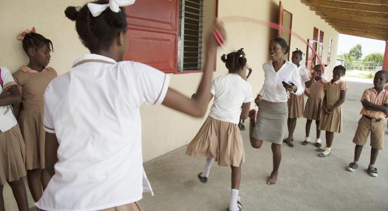 Abeills d'Aspamin ekaluokan opettaja Prudení Patrienè innostuu hyppäämään oppilaiden kanssa narua välitunnilla. Yhteisvastuukeräys 2015 tukee lasten kouluunpääsyä Haitissa. Kuva: Minna Elo.