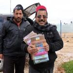 Ahmad Mohammad Al-Hariri ja Hassan Atta Nasar auttavat vihkokuorman purkamisessa. Kuva: Taina Värri.