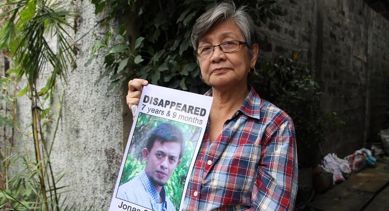 Filippiiniläinen Edita Burgos on tehnyt kaikkensa kadonneen poikansa Jonaksen löytämiseksi. Taustalla viihtyneestä naisesta on samalla tullut tunnettu kansalaisaktivisti. Kuva: Ulla Kärki.