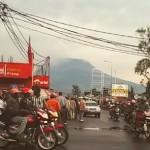 Iltapäiväruuhka Gomassa, Kongon demokraattisessa tasavallassa. Taustalla näkyy Nyiragongo-tulivuori.