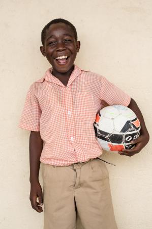 Lorrens älskar fotboll. Hans favoritspelare är Christiano Ronaldo. Bild: Ville Asikainen.